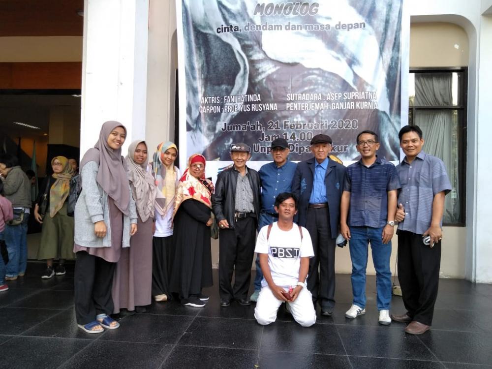Mahasiswa PBSI S-2 UNSUR Saksikan Monolog Apun Gencay Karya Yus Rusyana  di Bandung