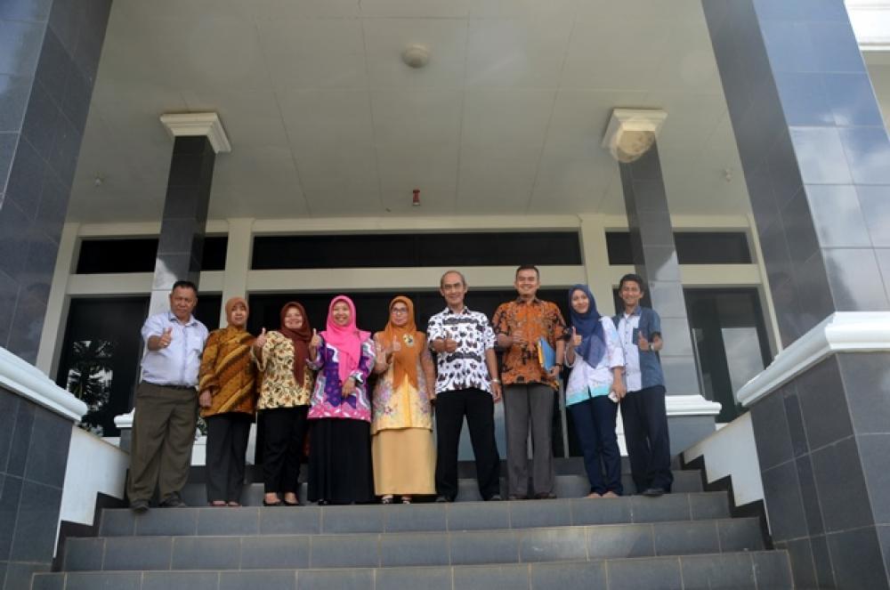 Penyerahan Berkas Beasiswa Bantuan Biaya Pendidikan Pemerintah Provinsi Jawa Barat